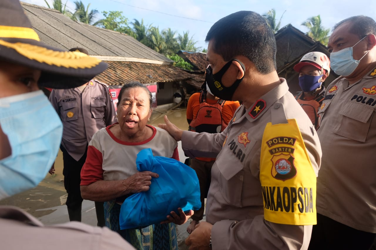 Wakapolda Banten Tinjau dan Berikan Bantuan Korban Banjir di Pandeglang