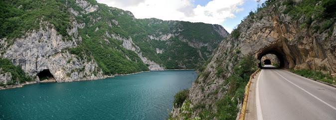 Straße am Ufer des Piva Sees