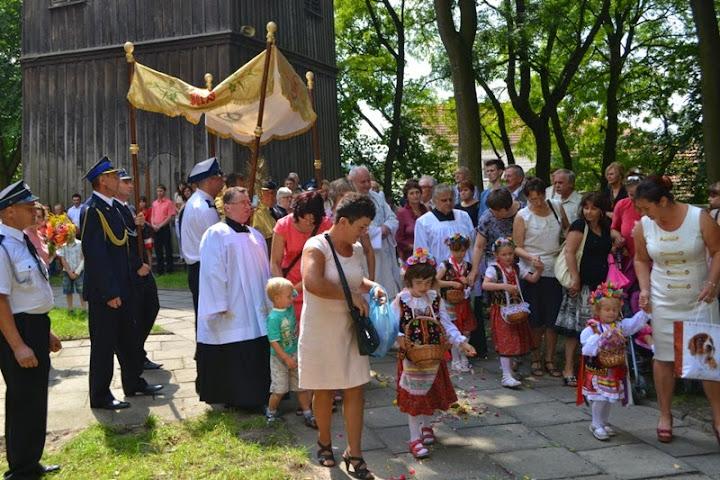 Odpust parafialny wChrobrzu - procesja wokół kościoła
