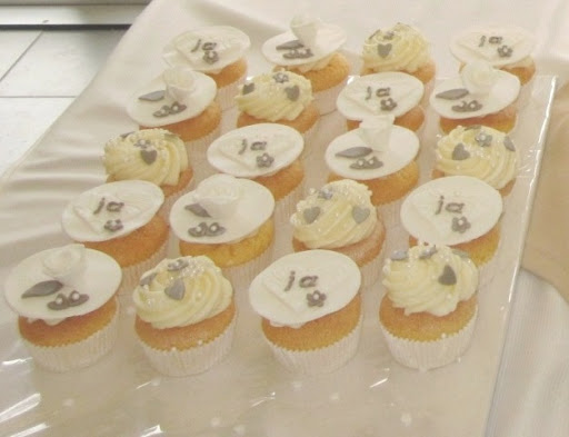 015-  Bruidstaart en cupcakes - kopie.JPG