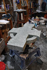 Zonnekruis voor Marijke. groene marmerkorrels in beton.