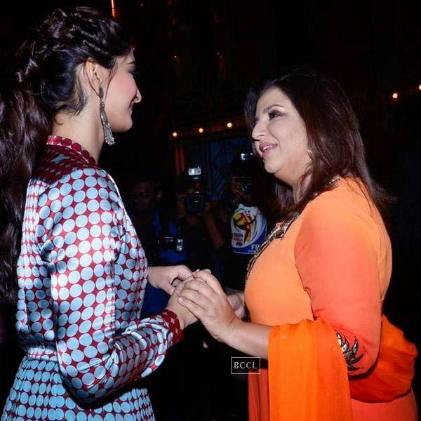 Sonam Kapoor and Farah Khan on the sets of Entertainment Ke Liye Kuch Bhi Karega, in Mumbai. (Pic: Viral Bhayani)