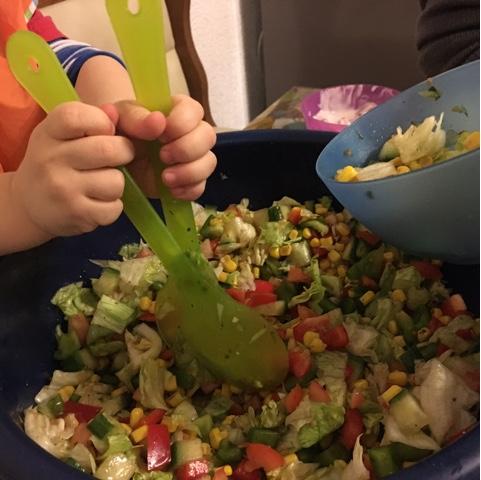 Kind verteilt Salat