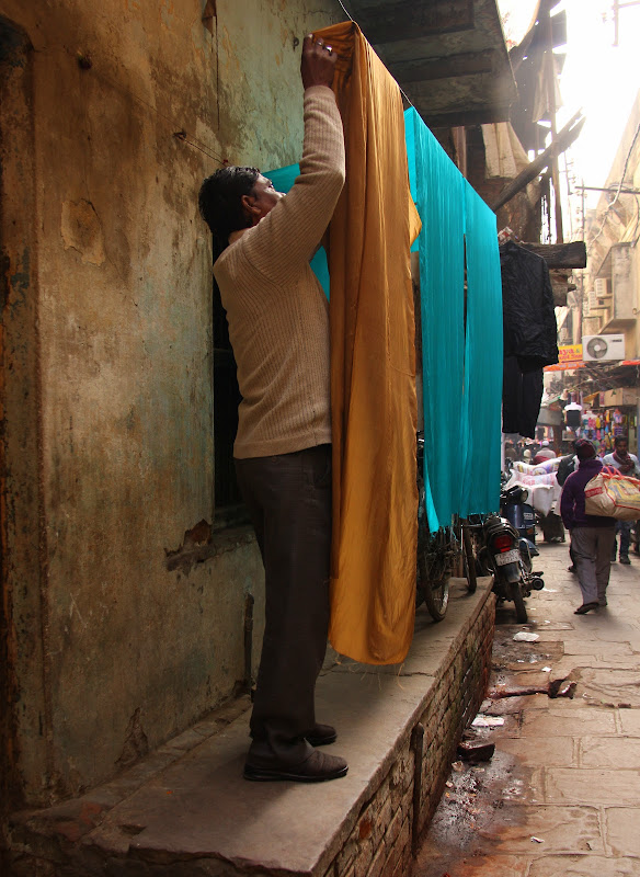 #Varanasistreetscene #Varanasistreetphotography #Varanasitravelblog #Uttarpradeshtourism #travelbloggersindia