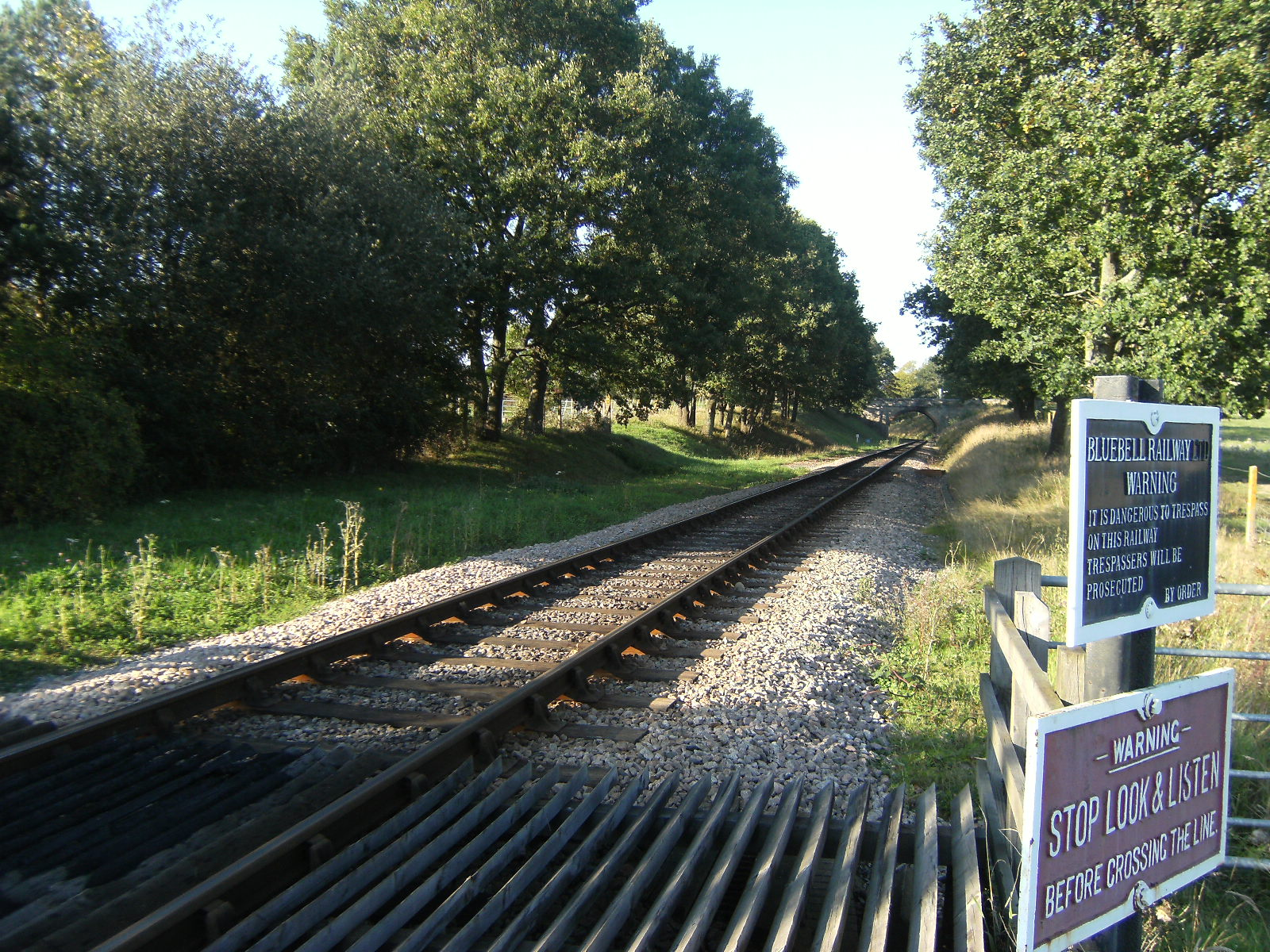 DSCF9884 Across the railway