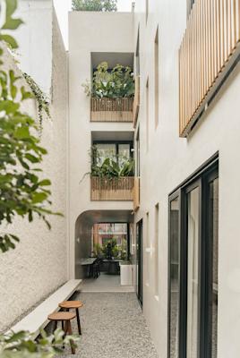 Nhà phố đẹp 3 tầng với diện tích 340m2 và khoảng sân trong xanh mát