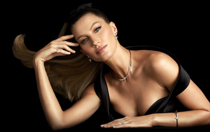 Gisele Bundchen models Vivara Links collection in the jewelry brand's Christmas 2020 campaign.