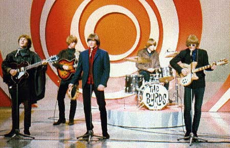 Джин, лишённый ритм-гитары, поёт и стучит в тамбурин. Byrds, слева направо: Дэвид Кросби, Крис Хиллман, Джин Кларк, Майкл Кларк и Роджер МакГуинн