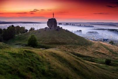 Камінь та захід  сонця на фестивалі у Підкамені. Фото Вадима Шишки.
