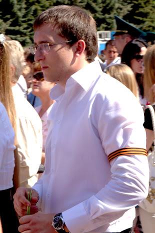 Необычная манера ношения ленты. Такое видел на похоронах и на полицаях