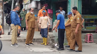Kadis PUPR Karawang Turun Tangan Bersihkan Sampah di Nagasari