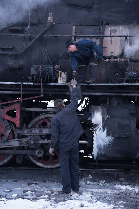 170101 機関車整備中の手渡し