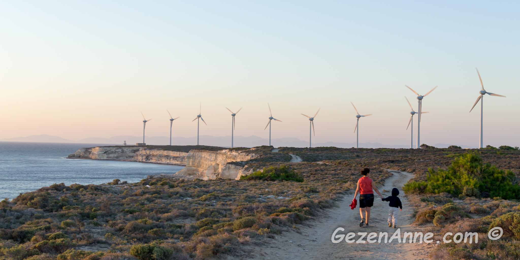 Bozcaada'da, rüzgar gülleri sağımızda, Polente'ye doğru yürürken