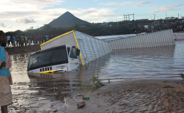 A trailer is stuck in River Kawalase after being swept downstream by floodwaters, 24 May 2018. Photo: Peter Warutumo / Daily Nation