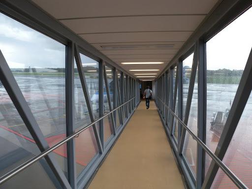 Putkea pitkin koneeseen / Using the jetbridge for boarding