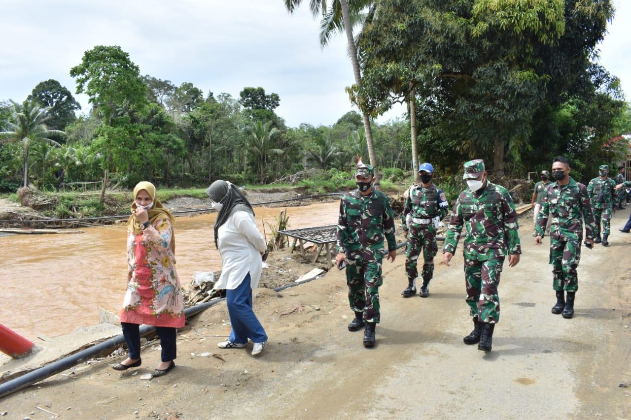 Sambangi Kodim 1002/Barabai, Kasrem Salurkan Bantuan Kepada Korban Musibah Banjir di Desa Baru