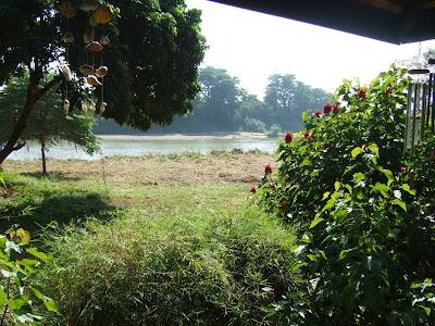 静かに流れるピン川。 農作業をしている人がちらりと見えるが、物音一つ聞こえない 別世界のように感じられるのでした。