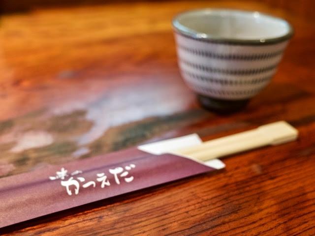 テーブルの上のお箸とお茶