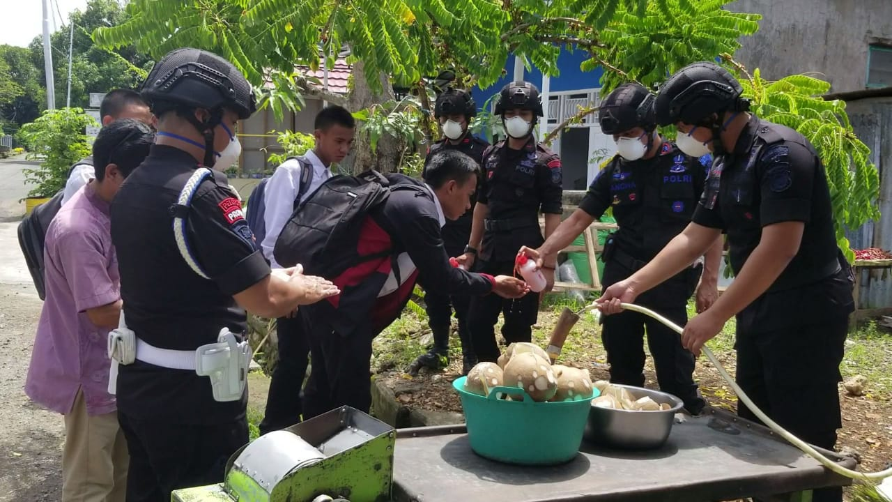Brimob Bone Lakukan Patroli Sambil Edukasi Pola Hidup Sehat dan Covid-19