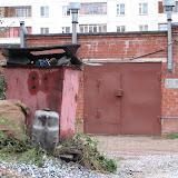 Горы строительного мусора у ГСК-112 остались - ребятам они не по силам
