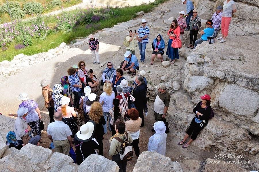 Возле Гробницы Авессалома, Масличная гора. Кедронская долина. Геенна огненная. Экскурсия по Иерусалиму. Гид в Иерусалиме Светлана Фиалкова.