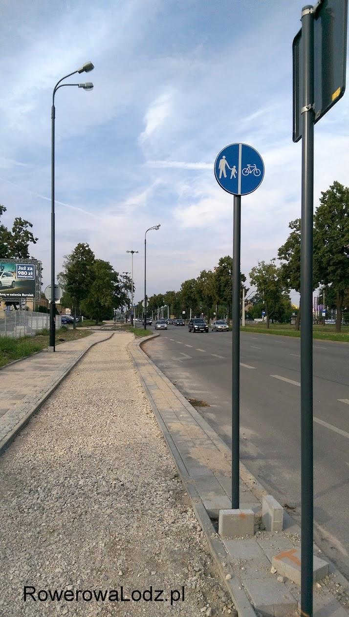 Stoją nawet znaki pionowe, znaki nakazujące jazdę rowerem