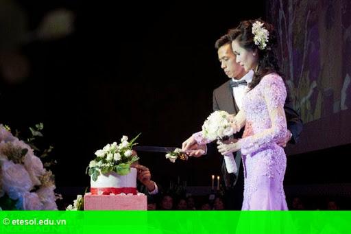 Hình 8:   Cô dâu của Văn Quyết rạng rỡ trong lễ cưới