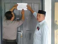 Hindari Warganya Kumpul, Kades Bersama Bhabinkamtibmas Tutup Gedung Olah Raga.
