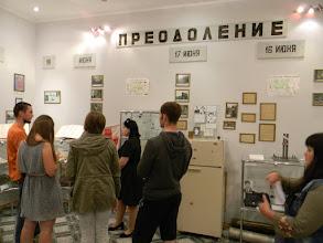 Photo: Кровавые страницы современной истории города 17-19 июня 1995 года Около 200 боевиков под командованием Басаева фактически захватили Будённовск. Сначала боевики напали на отделение внутренних дел. Почти все милиционеры были убиты, лишь часть из них успела оказать сопротивление. После этого боевики прошли по городу, взяв в заложники примерно 600 мирных жителей. Около ста человек, оказавших сопротивление были убиты. Заложников привели к районной больнице. В ней находились – 550 пациентов и посетителей и 450 сотрудников. Утром 17 июня спецподразделения и ФСБ предприняли попытку штурма, которая привела к освобождению примерно шестидесяти заложников. 18 июня Виктор Черномырдин провел переговоры с боевиками результате было достигнуто соглашение. 19 июня террористы отпустили большую часть мирных жителей, а сами на нескольких автобусах, под прикрытием примерно 120 заложников выехали в Чечню. После этого они отпустили и остальных. В результате атаки на Будённовск погибли 129 человек и 420 получили ранения.