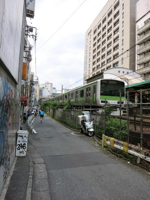 埼京線の渋谷駅の横を走る山手線