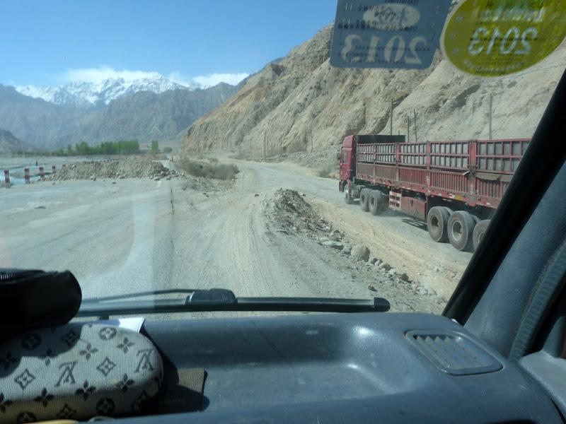 XINJIANG. Karakoram Highway, lune des plus haute route au monde, en passant a 4400 m - P1280471.JPG