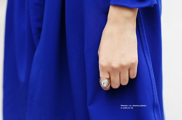 Một chiếc nhẫn to bản cũng là gợi ý phụ kiện đẹp cho các quý cô không tồi