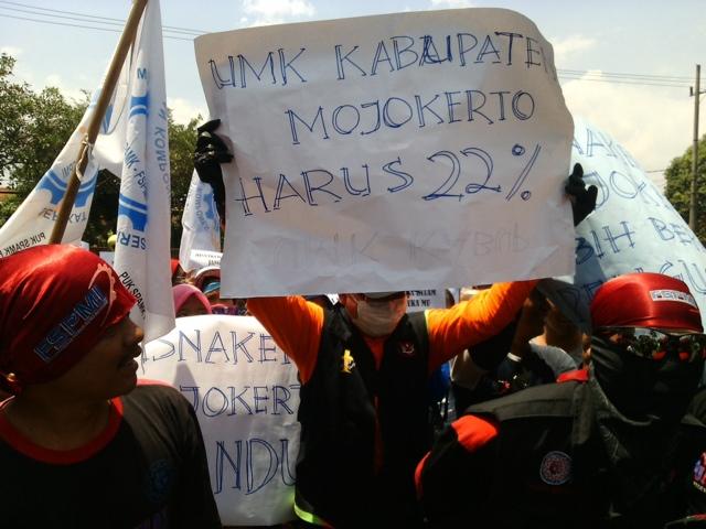 Tuntut Kenaikan UMK, Ratusan Buruh Demo Kantor Bupati