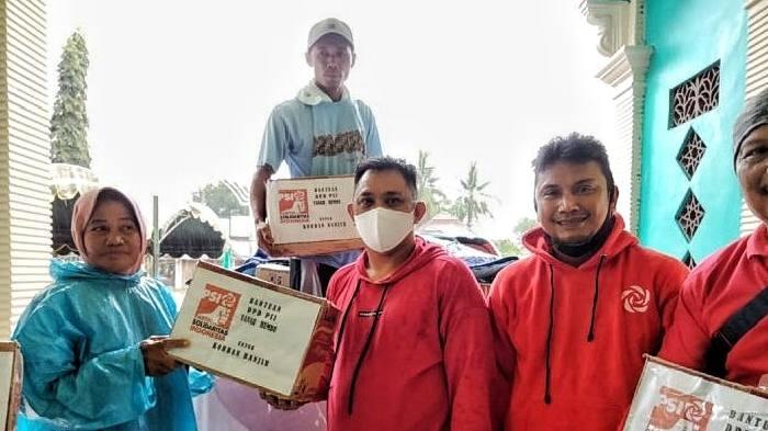 Ketua Komisi Pengawasan Korupsi (KPK) Tipikor Tanah Bumbu M Juhri memberikan bantuan untuk korban banjir di Tanah Laut, Jumat (15/1) tadi.