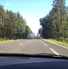 Photo: Tässä hurja ohitustilanne Latviassa (Riikasta Bauskaan)... Rekka ohittaa rekkaa, mersu ajaa ohittavan rekan takana ja autoja tulee vastaan.