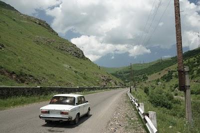 Lada auf dem Weg zum Pushkin Pass