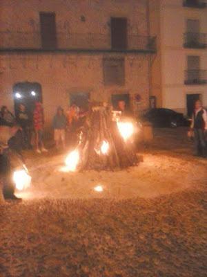Imagen de una hoguera nocturna en la Plaza Mayor