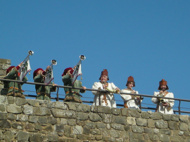 Montalcino fortress during sagra del tordo: fanfare trumpeters