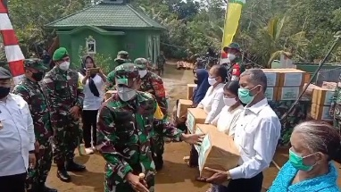 Ketua Tim Wasev,  Asops Kasad Mayjen TNI Eka Wiharsa Memberikan Bantuan Sembako di TMMD Kodim Tapsel