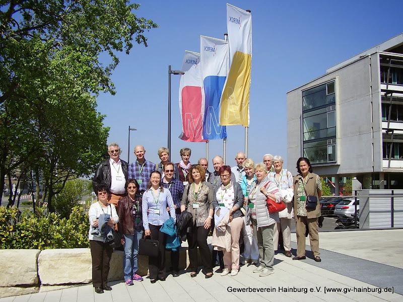Gruppenfoto vor dem Eingang der Merck KGaA in Darmstadt