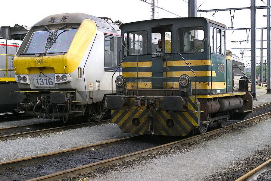 De 9150 en 1316 naast elkaar in de werkplaats van Merelbeke tijdens een bezoek op 1 april 2004.jpg