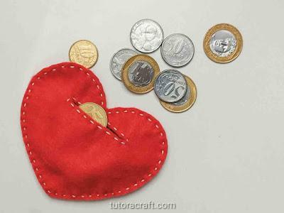 Cofrinho coração de feltro com moedas