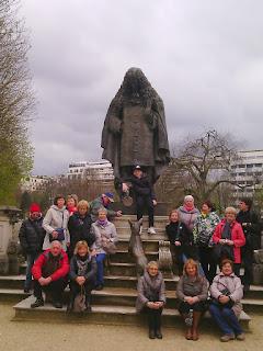 socha La fontaina je v parku u Museé MONET Marmottan