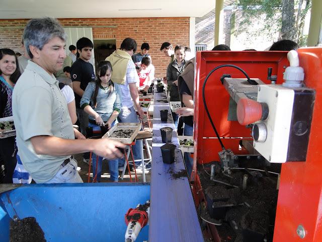 Máquina llenadora de macetas.
