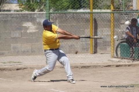 Rubén Cantú de Burócratas B en el torneo de softbol