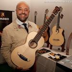 80: Jesús Viedma Moreno, maestro clarinetista, con una guitarra romántica de Guitarras Raimundo.