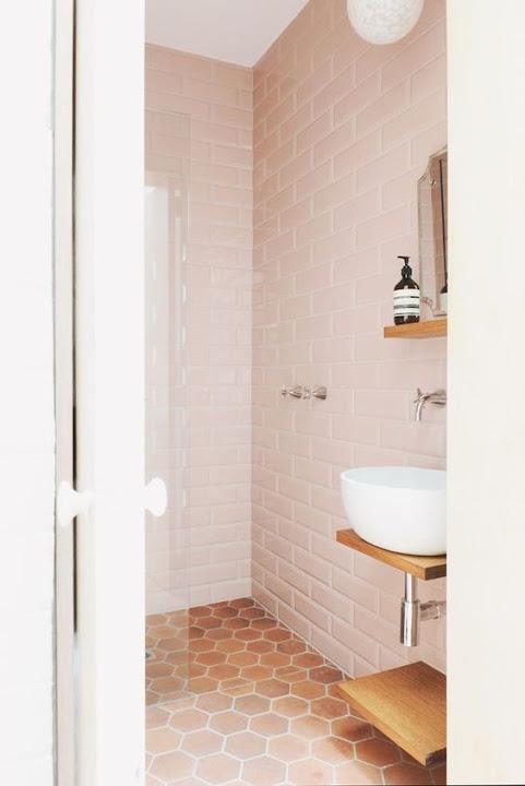 baño con azulejos rosa cuarzo