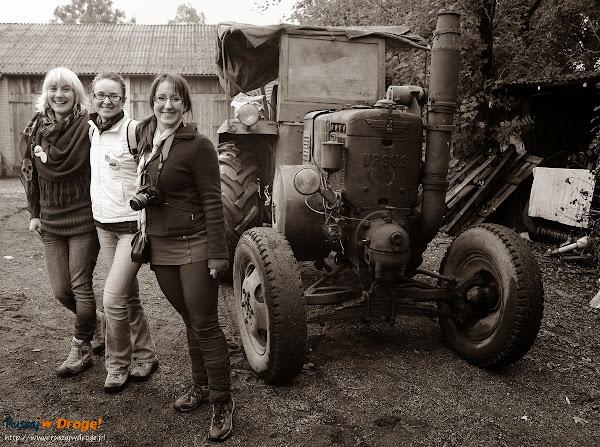 dziewczyny przed URSUSem z 1957 roku