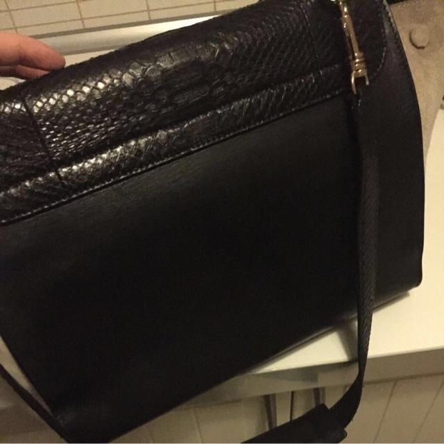 27c7db07d2c6b Если вдруг вам предложат купить такую сумку, имейте в виду: она не может  быть новой, она должна быть куплена не позднее 2011 года (в 2012 её должны  были уже ...