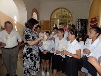 A nagybalogi gyerekeket Pál Dénes egykori iskolaigazgató is elkísérte, Gyurán Ágnes emléket ad át.JPG
